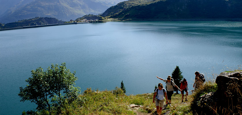 Austria_Lech-summer_Lake-view-walkers.jpg